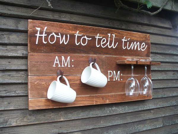 "Bretterwand, Spruch ""How to tell time"", 2 Gläser, 2 Tassen"